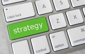 Флэт можно назвать самой распространенной стратегией в беттинге, вне зависимости от опыта и уровня знаний игроков. Новичкам она нравится за свою доступность, а многие опытные беттеры считают ее оптимальным выбором для управления банком. Стоит отметить, что есть немалое количество разновидностей флэта, а также два принципиальных подхода к ставкам по такой стратегии. В первом размер ставки фиксируется заранее выбранным процентом от банка, во втором фиксируется планируемая прибыль, тогда как сумма ставки всегда меняется в зависимости от коэффициента. Если говорить о видах, то можно классифицировать четыре основных направления флэта. Статичный Классика, признаваемая практически всеми игроками. На каждую ставку отводится небольшой процент от общего банка. В зависимости от его размера, это может быть 0,5 или даже 3 процента. В такой ситуации даже длительная серия неудач не приведет к растрате всех имеющихся средств. Риск банкротства со статичным флэтом минимален. Академичный Более гибкая версия статичного флэта. Хорошо работает в связке со стратегией ставок Value betting. Все события разбиваются на несколько категорий, в зависимости от степени их недооценки букмекером. Ставка на каждую категорию фиксируется. Больший процент от банка уходит на самые вероятные события, минимальный — на самые рискованные. Требует серьезного банка, как и статичный флэт. Иначе ставка в один или два процента может приносить слишком мало прибыли. Агрессивный Применяется, если размер банка не позволяет разделить его на 100 или 200 ставок. Одна ставка может составлять 3-5 процентов от банка. Соответственно, существенно увеличивается риск потери всех средств при затяжной серии неудач. Хотя для стабильных игроков вполне достаточно банка, который дробится на 20-30 ставок. При агрессивном флэте следует еще более тщательно подходить к выбору событий. Отдавайте предпочтения букмекерским конторам, которые выставляют минимальную маржу. Это увеличит среднее значение коэффициентов. Хаотичный Метод камикадзе